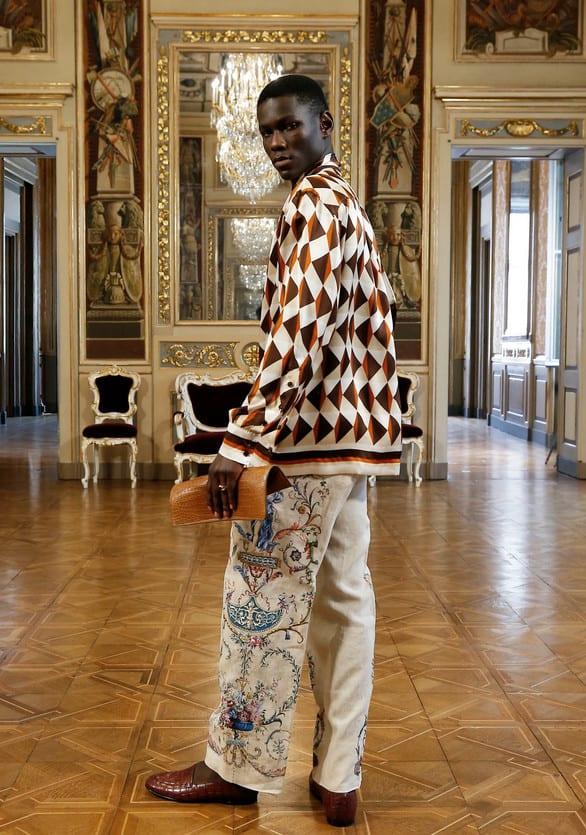 Look masculino de Camisa com estampa geométrica de triângulos bem ao estilo dos anos 60 e calça com estampa com perfume vintage.