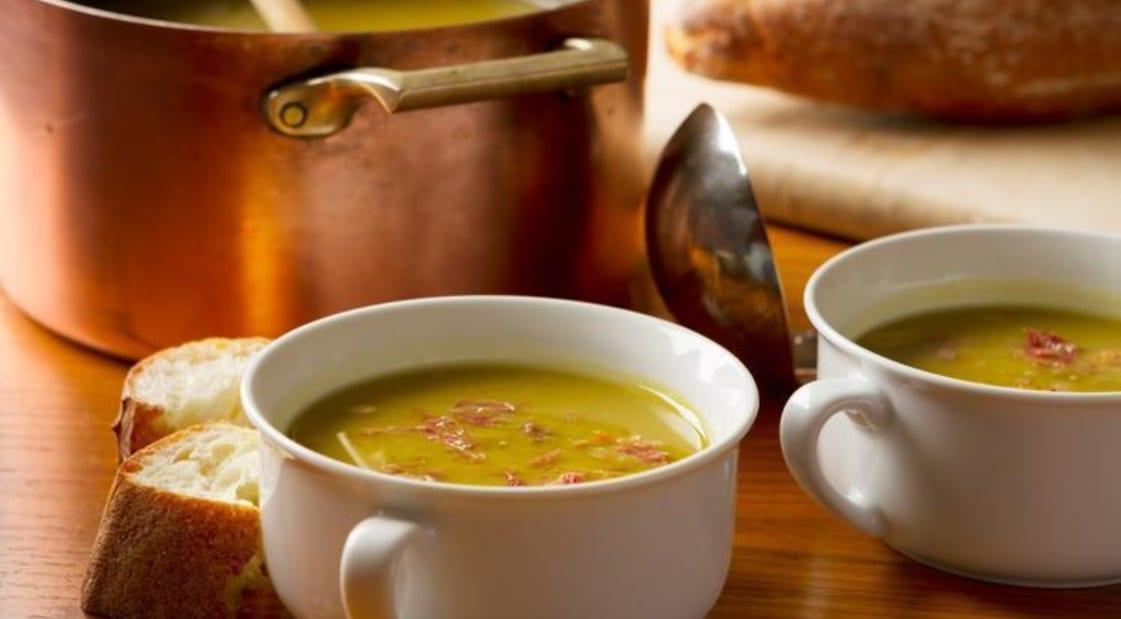 sopa de servilha em recipiente branco para duas pessoas