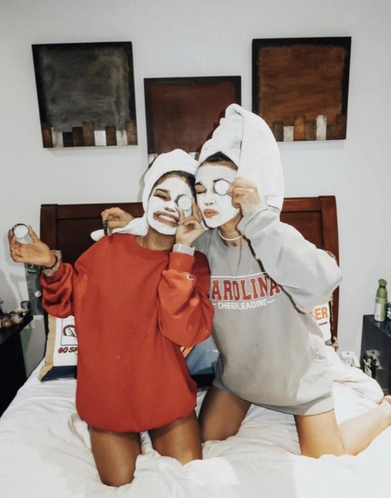 Foto tumblr de amiga fazendo skincare