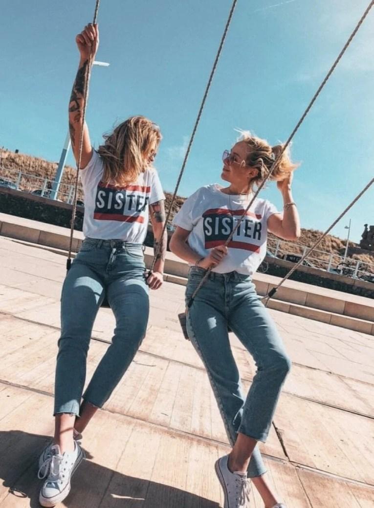 Foto amigas com camisetas iguais