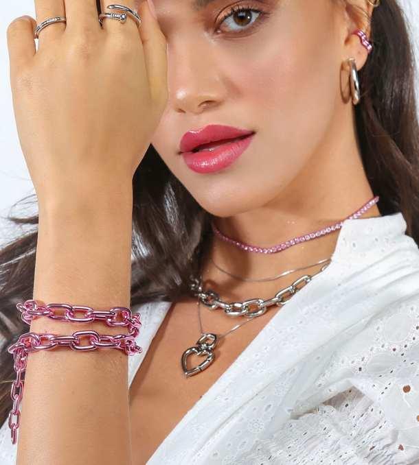 Modelo usando mix de correntes coloridas - Pulseiras e colares