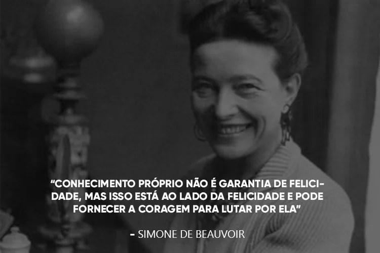 """Simone de Beauvoir com a frase """"Conhecimento próprio não é garantia de felicidade, mas isso está ao lado da felicidade e pode fornecer a coragem para lutar por ela""""."""