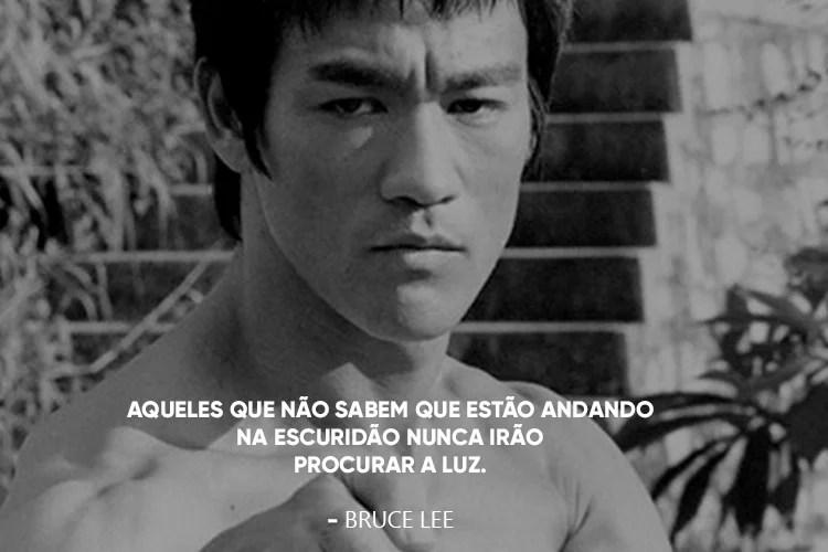 Foto do Bruce Lee, acompanhada da frase: 17.Aqueles que não sabem que estão andando na escuridão nunca irão procurar a luz.