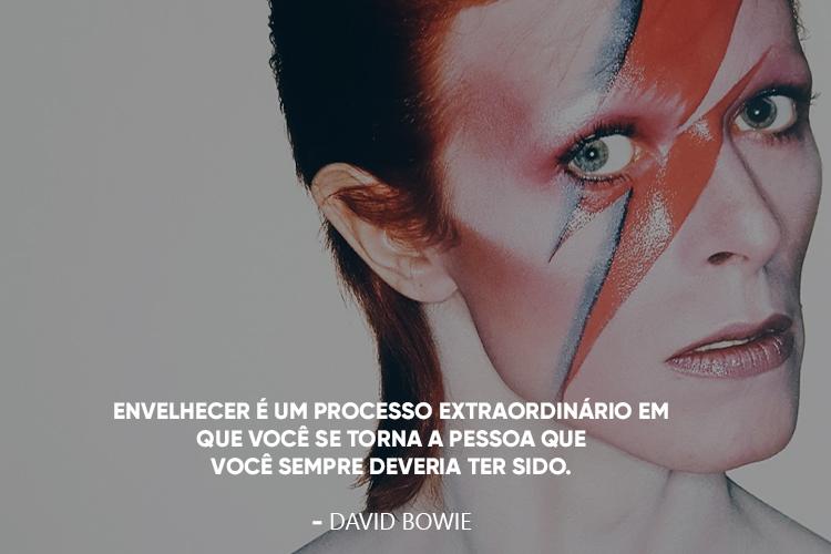 Imagem do rosto do cantor David Bowie e a frase: 18.Envelhecer é um processo extraordinário em que você se torna a pessoa que você sempre deveria ter sido. , por cima.