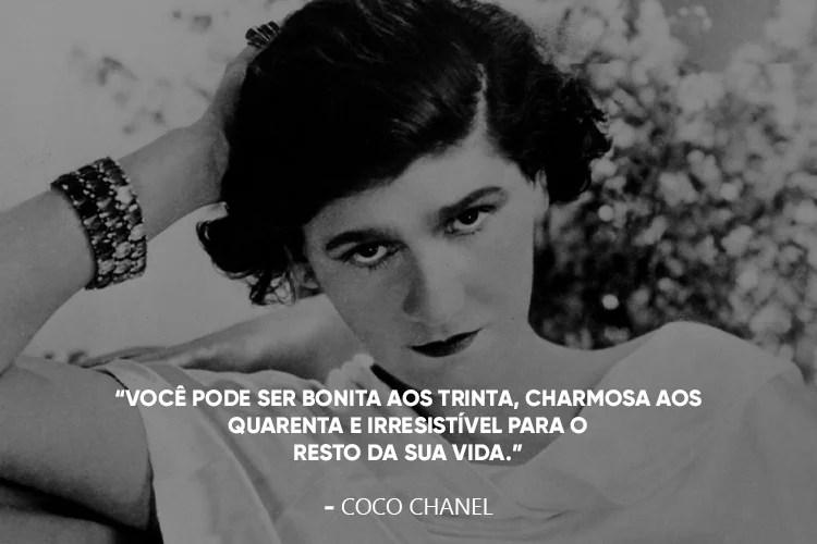 """Coco Chanel com a frase: """"Você pode ser bonita aos trinta, charmosa aos quarenta e irresistível para o resto da sua vida"""""""