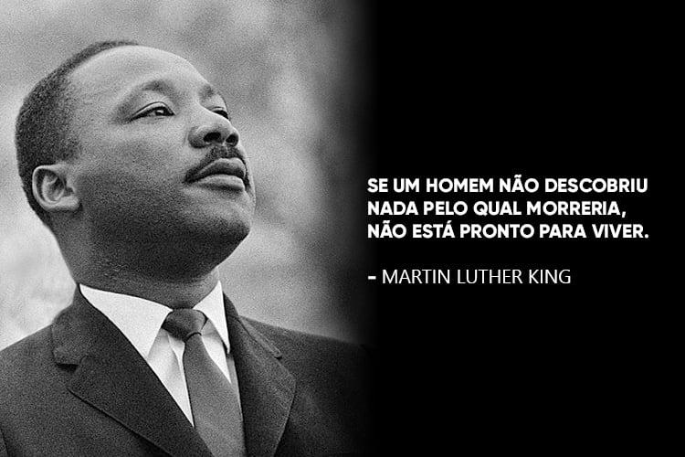 """Imagem de Martin Luther King acompanhado da frase: """" Se um homem não descobriu nada pelo qual morreria, não está pronto para viver."""""""