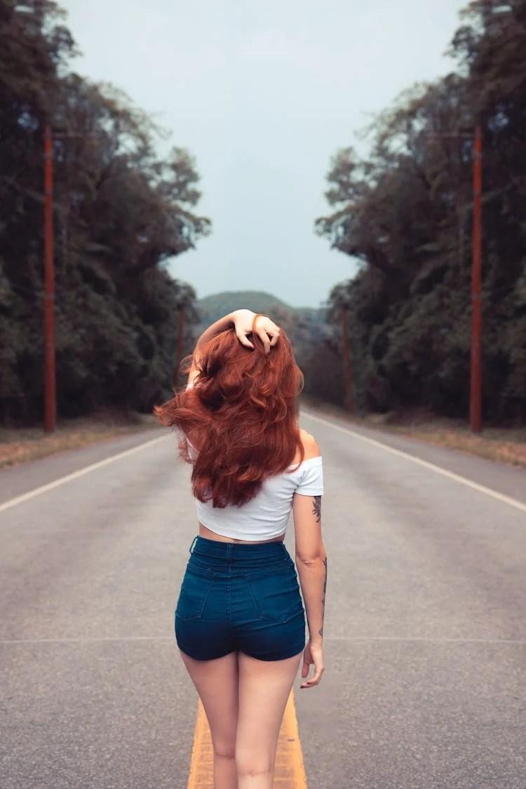 foto tumblr de menina ruiva, de costas, segurando o cabelo