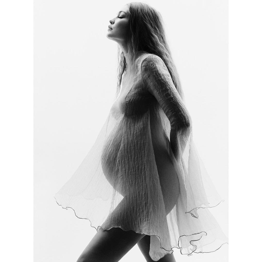 Foto de Gigi destacando sua barriga linda.