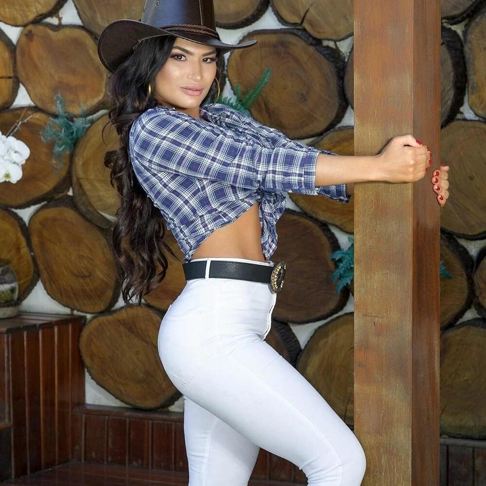 Foto de Raissa toda cowgirl.