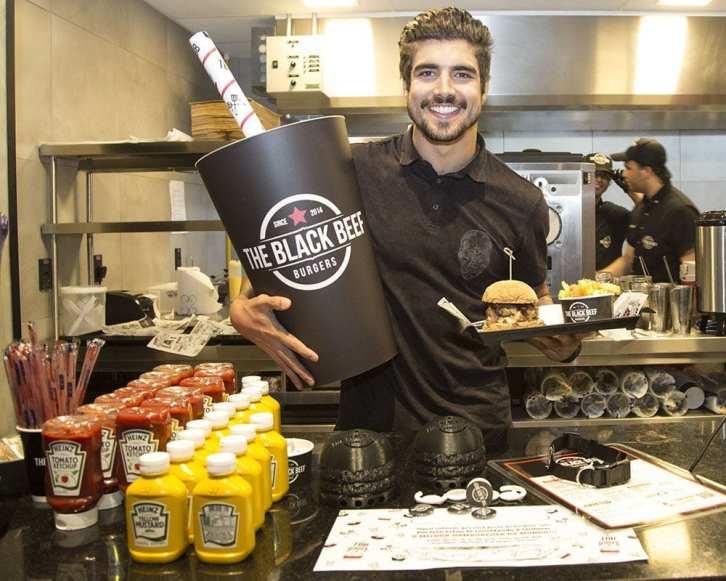Caio Castro na sua hamburgueria.
