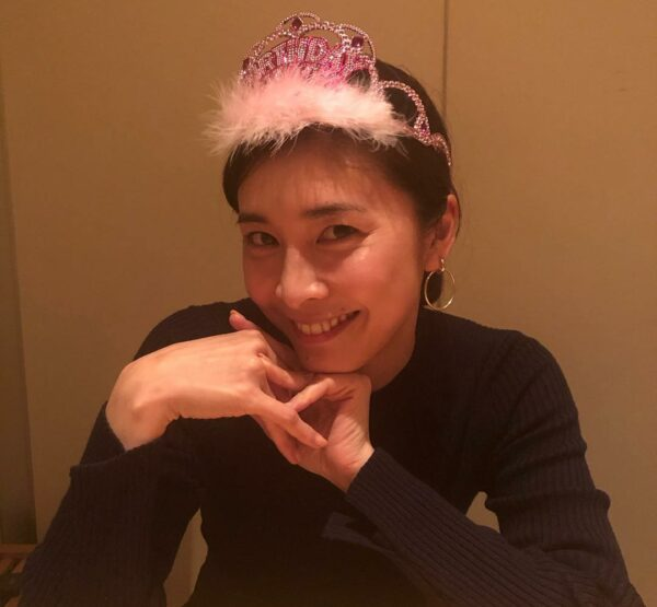 Yuko sorridente e meiga.