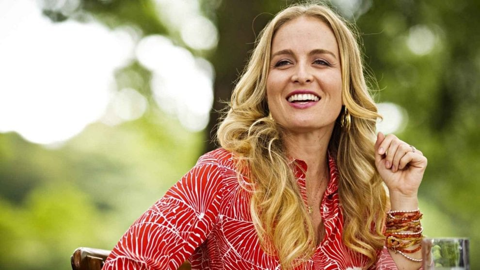 Angélica em foto sorridente.