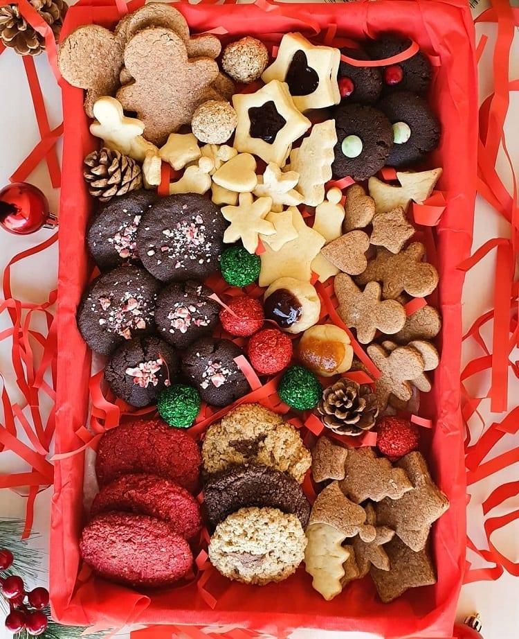 caixa vermelha com biscoitos de Natal
