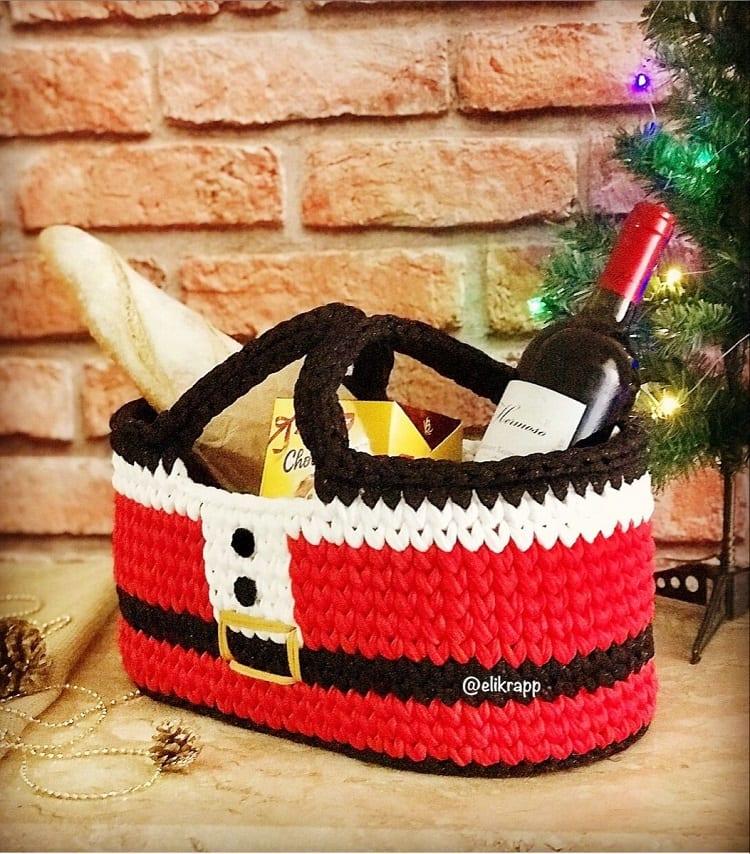 cesta de crochê que imita a roupa do Papai Noel