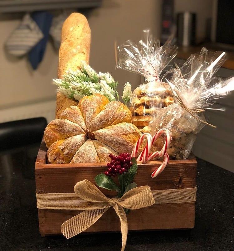 caixa de madeira com pães e biscoitos caseiros