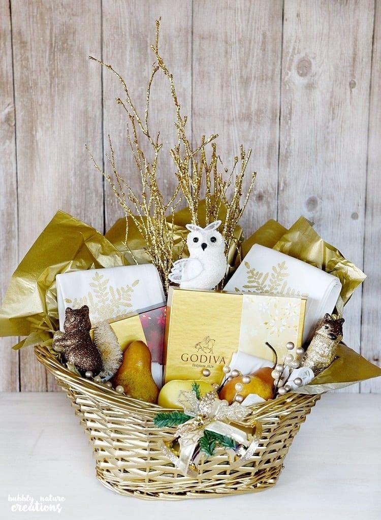 cesta com itens dourados