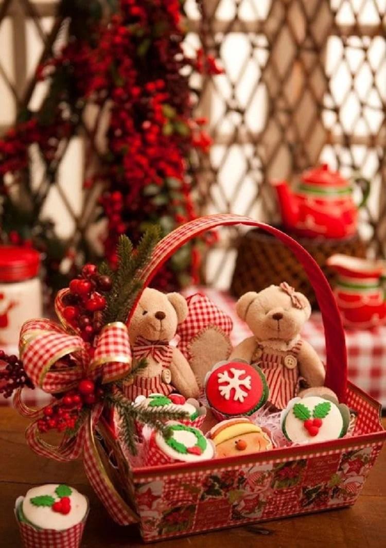 dois ursos de pelúcia e cupcakes decorados em cesto de vime