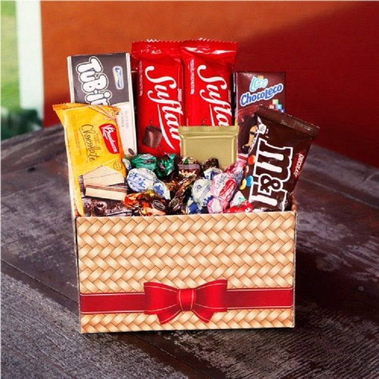 caixa com barras de chocolate e bombons