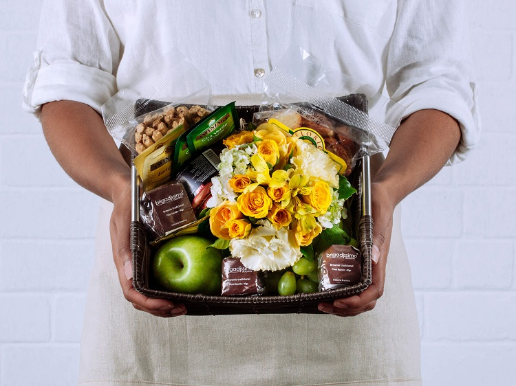 foto de cesta de café da manhã com buquê