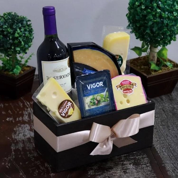 foto de cesta de Natal com queijos e vinho