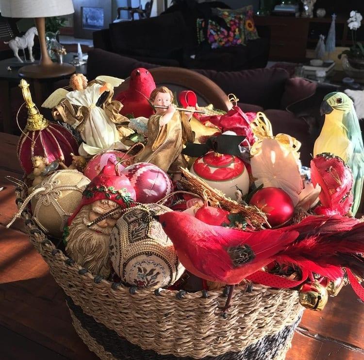 cesta de vime com enfeites natalinos