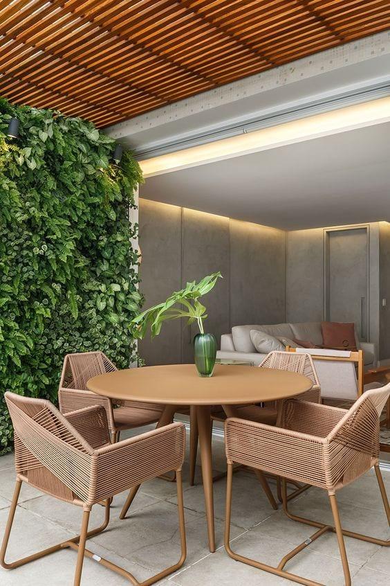 Sala de jantar com jardim vertical