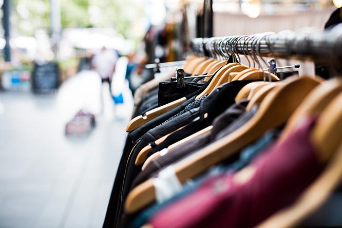 vestuário e crise na matéria-prima: Foto de roupas em arara