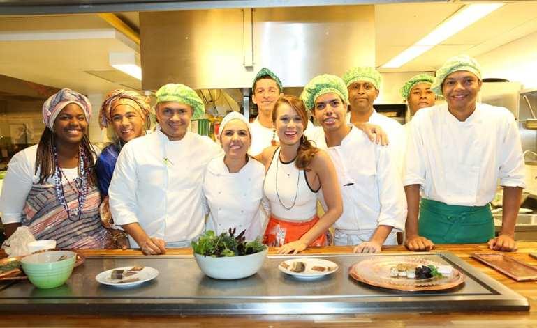 Mariana Ximenes e equipe de cozinheiros