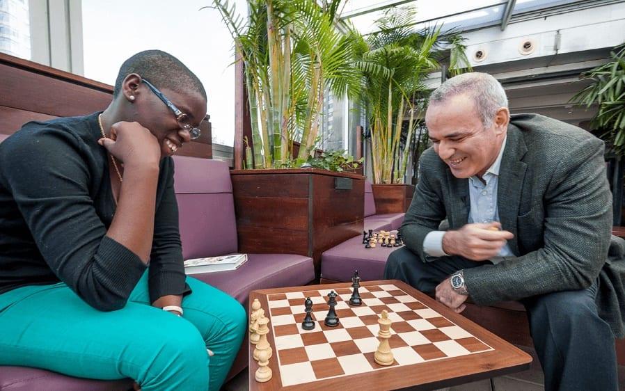 Phiona jogando xadrez rainha de katwe