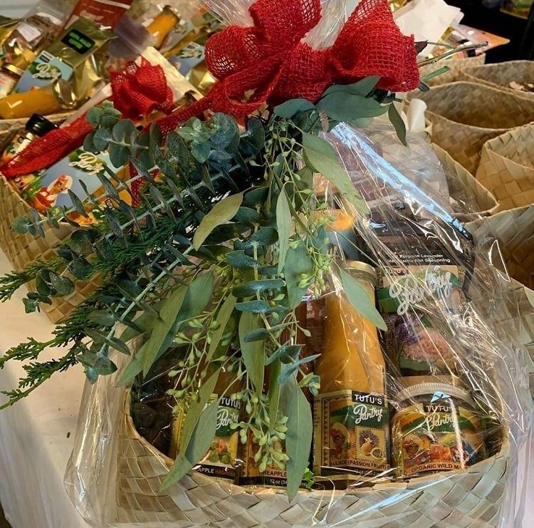 ramos de eucalipto e pinheiro decorando cesta natalina