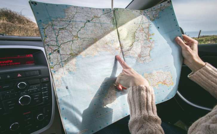 mulher vendo mapa