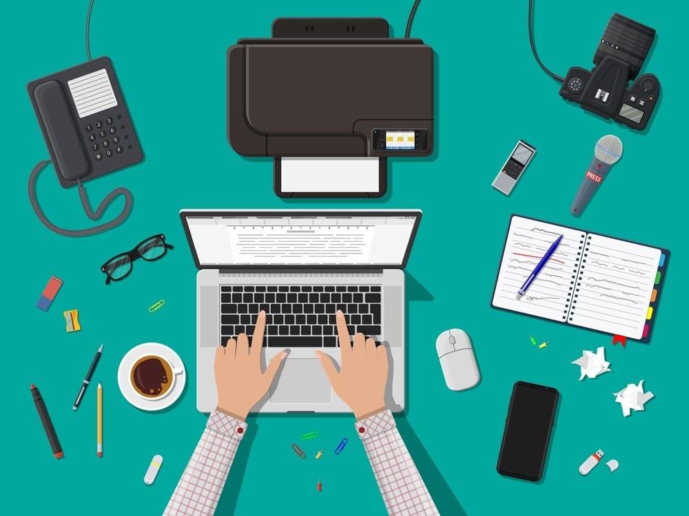 Imagem ilustrativa de redator freelancer usando notebook