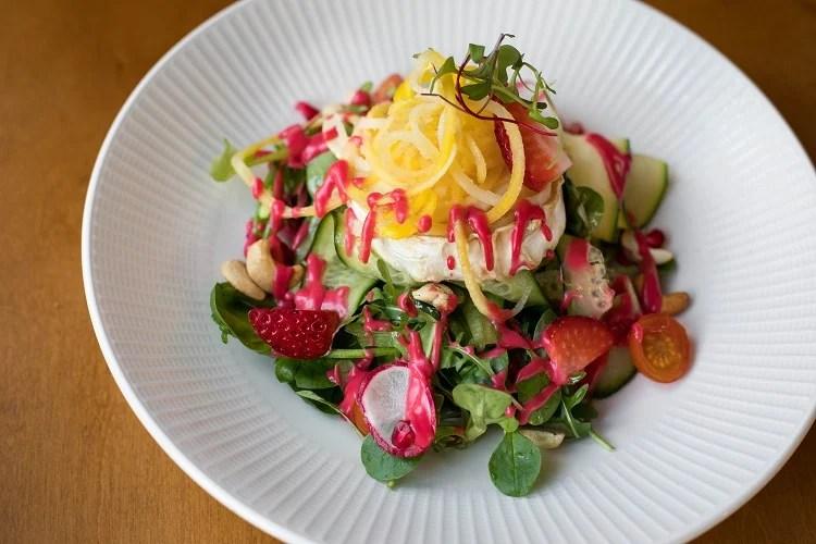 salada de folhas verdes, legumes e frutas com molho rosa