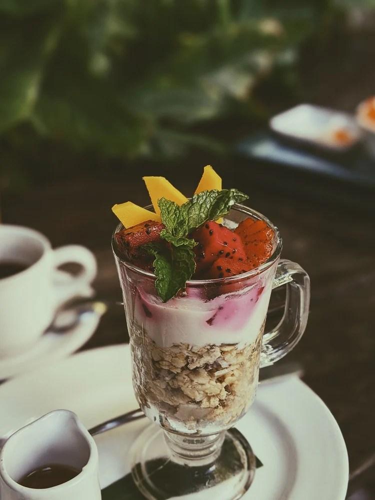 xícara de vidro com sobremesa fit de granola e pitaya