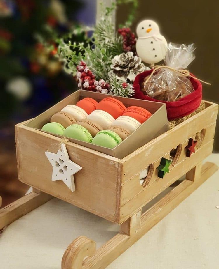 caixa de macarons em um trenó de madeira