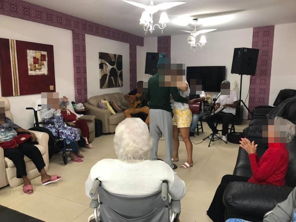 Idosos alegres dançando com show ao vivo