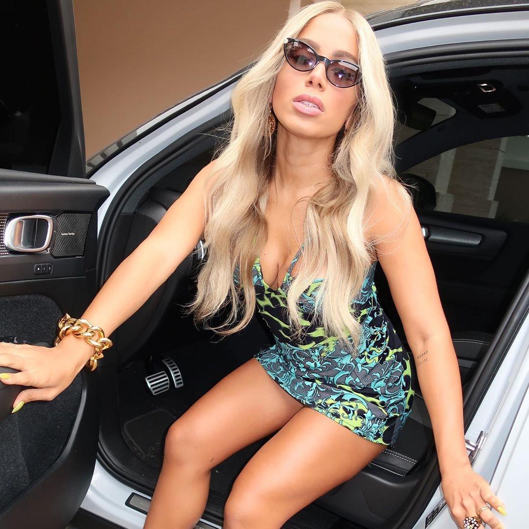 Anitta em foto no carro.