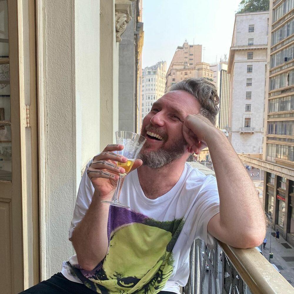 Alexandre Herchcovitch em sacada de hotel