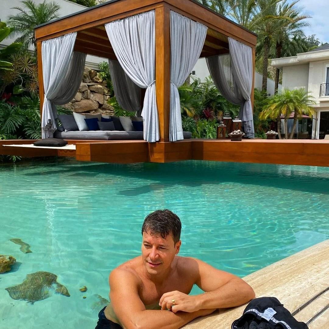 Rodrigo Faro em sua piscina.