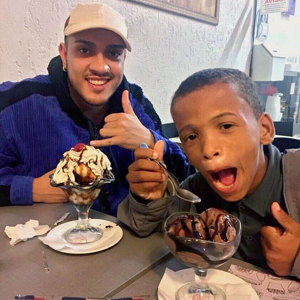 Mc Bin Laden e Kallebe tomando sorvete.