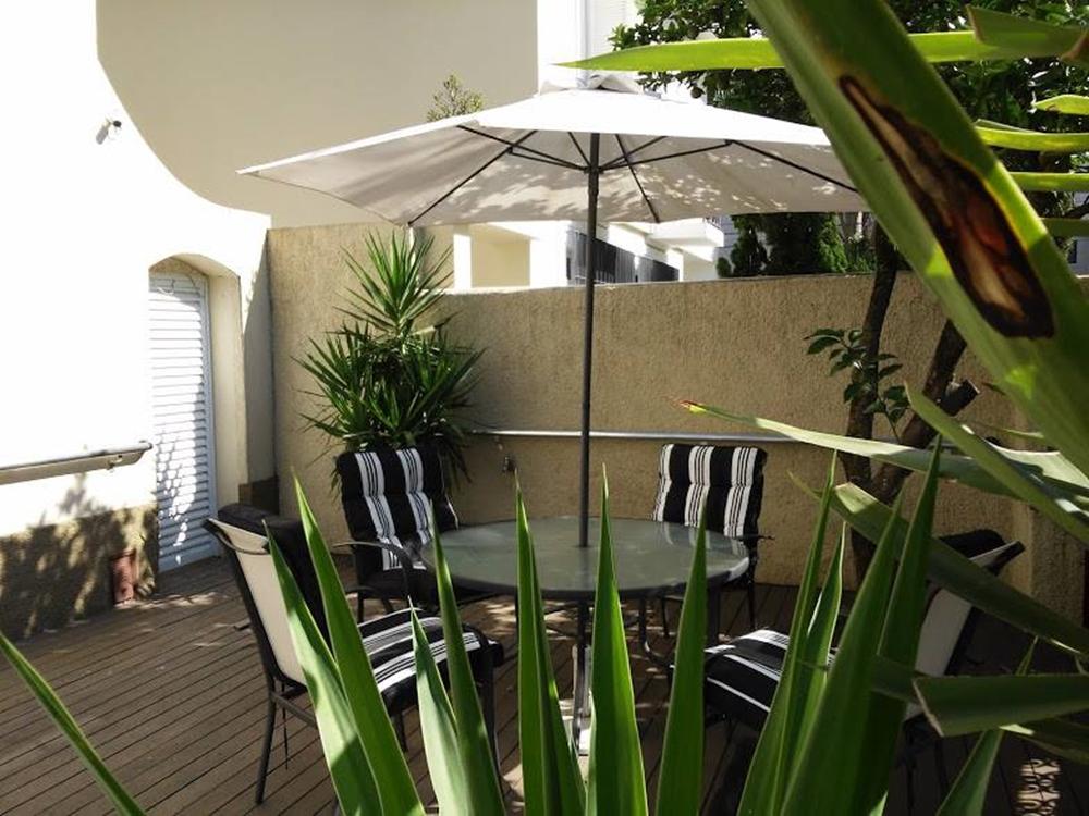 Ambiente externo, com cobertura e plantas