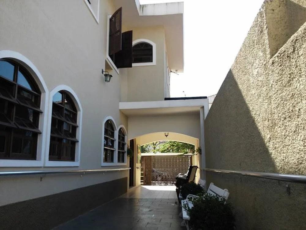 Foto do caminho com vista para as janelas dos quartos