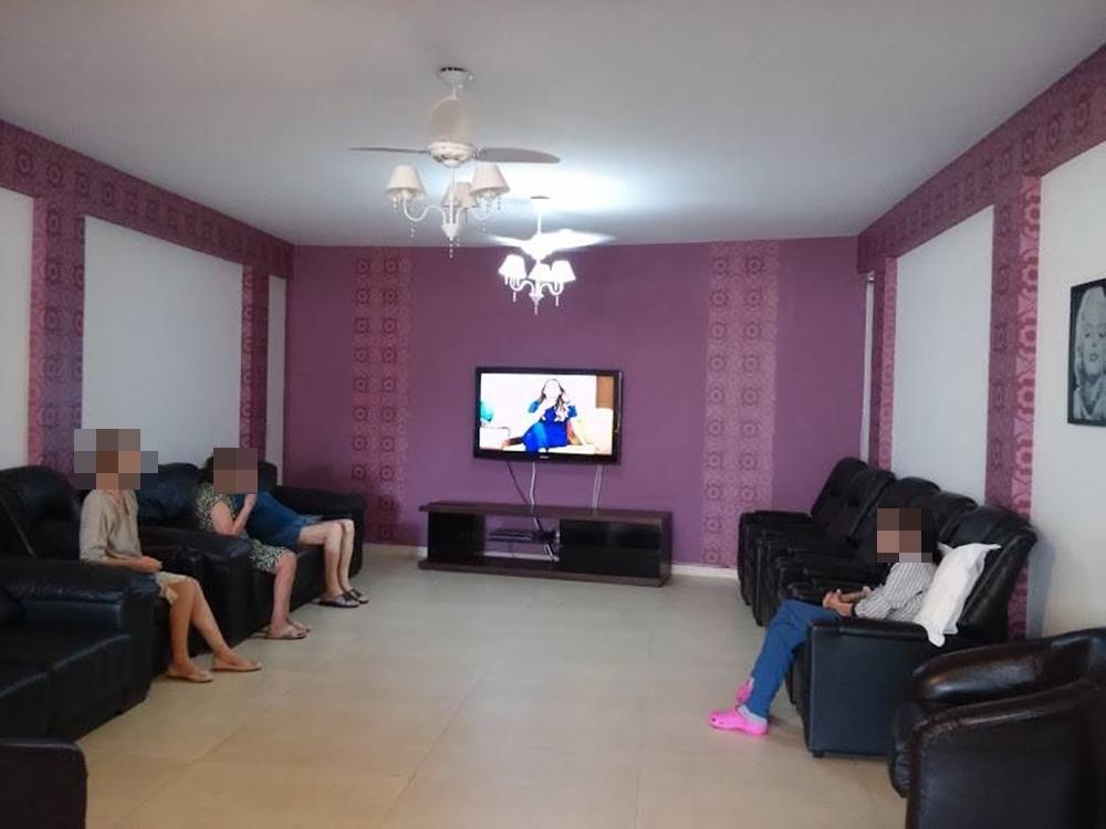 Sala de estar com sofás e televisão