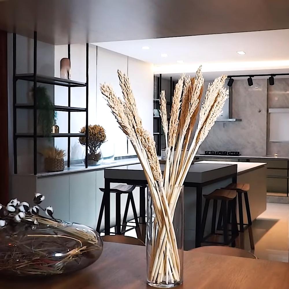 Foto da sala de jantar integrada com cozinha