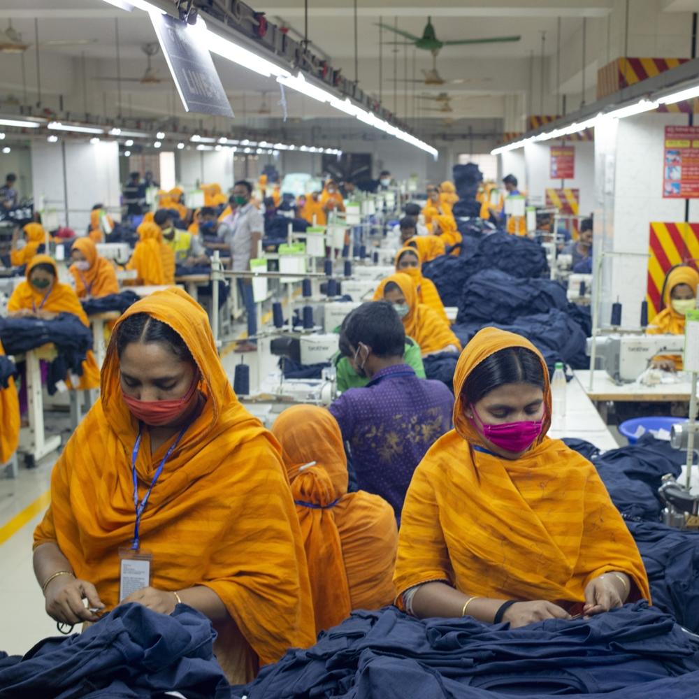 Mulheres trabalhando em produção de roupas.