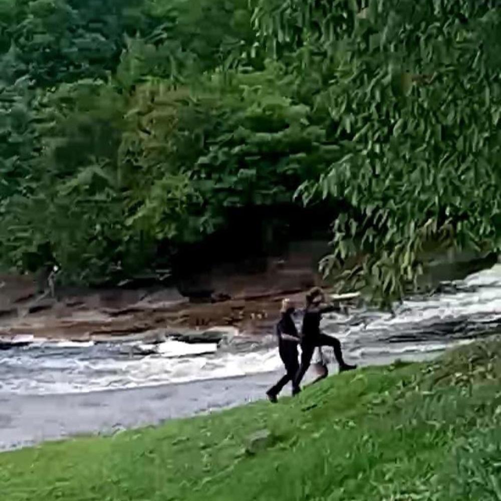 Whindersson acompanhado andando em beira ao rio.