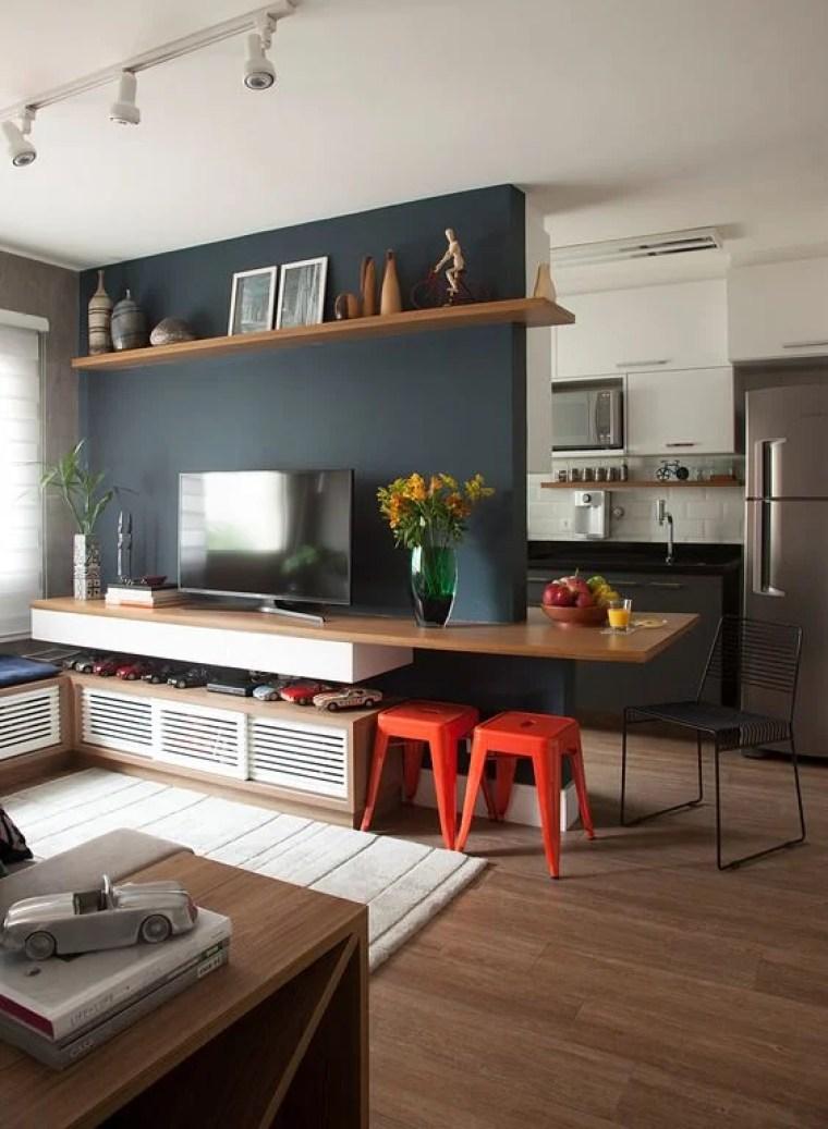 Parede da sala azul marinho do apartamento pequeno.