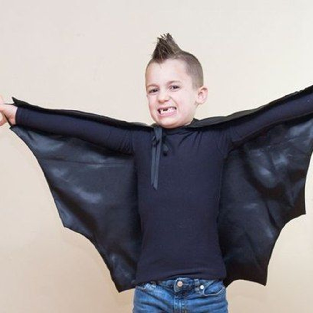 Menino fantasiado de morcego.