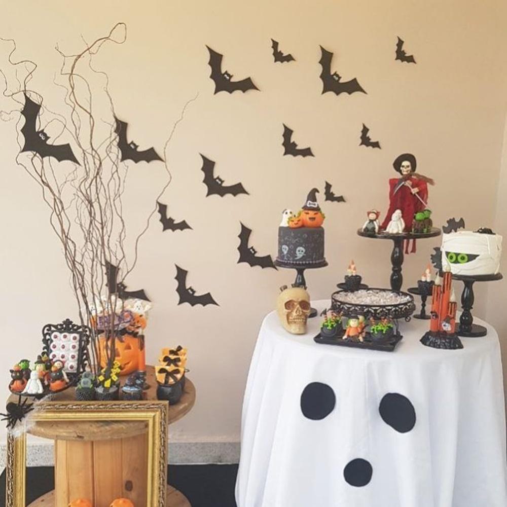 Painel decorativo com objetos de Halloween.