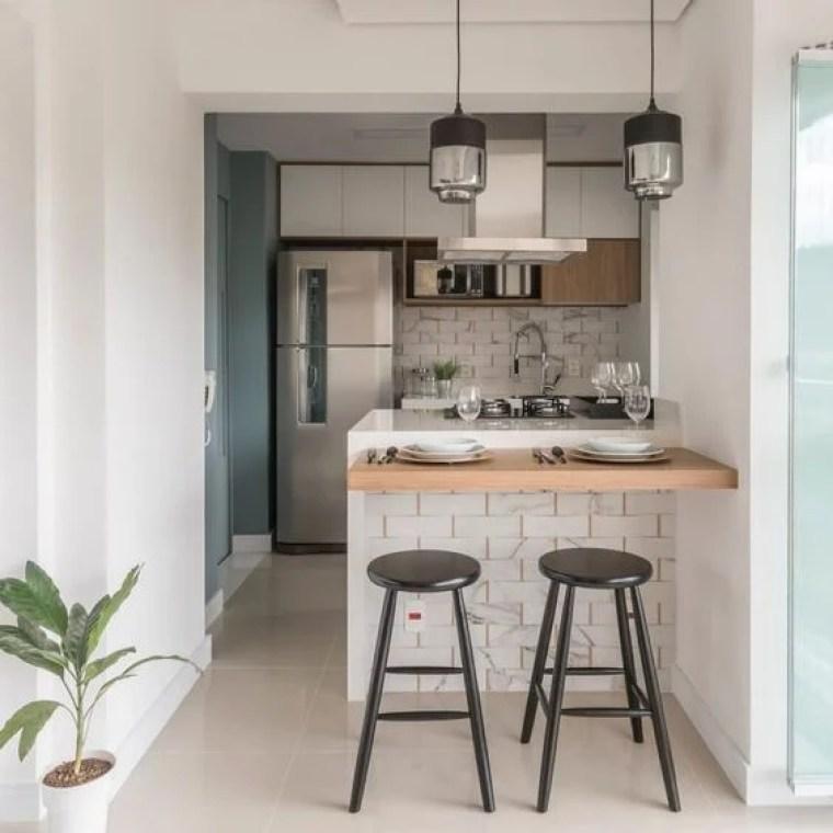 Cozinha decorada pequena.